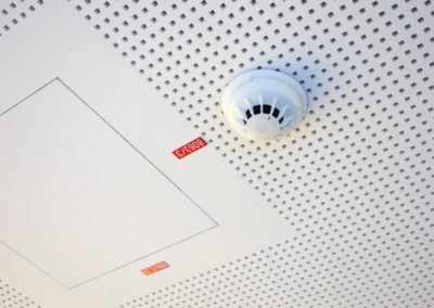 Fire detector mounted on the suspended ceiling